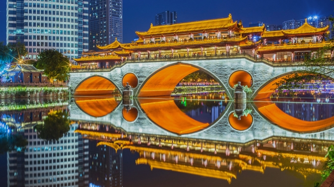 Great night view of Chengdu Lounge bridge