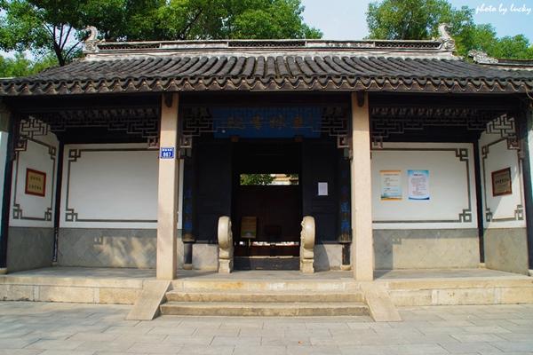 Hi,China Walking in Tongli Town in Suzhou, Jiangsu Province banner