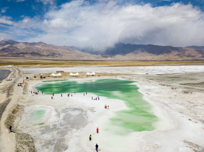 This is how the world's highest plateau looks like - Emerald Lake in Qinghai